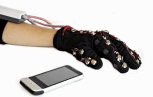 Luva inovadora permite que surdocegos enviem mensagens de texto
